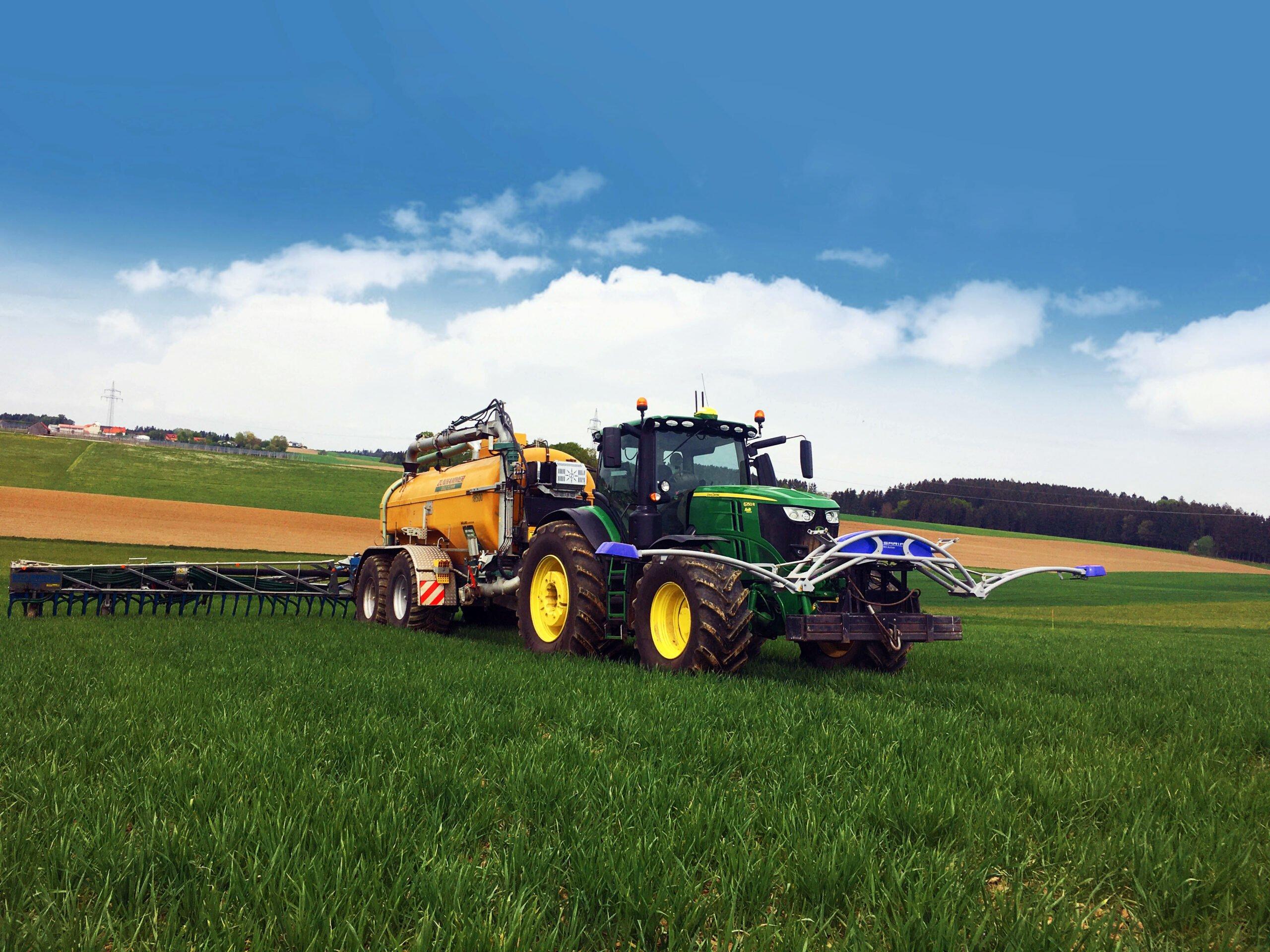 ISARIA und Zunhammer Traktor bei der organischen Düngung